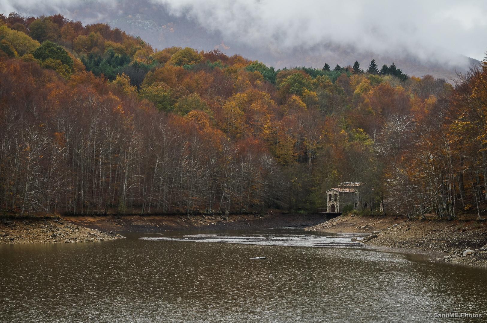 El pantano de Santa fe de Montseny en otoño